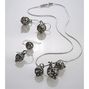 Set aus Collier und Ohrhängern mit kleinen Silberschmied-Perlen