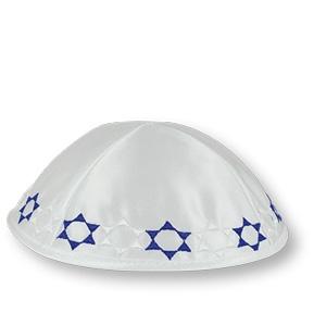 Weiße Satinkippa mit blauen u. weißen Davidsternen
