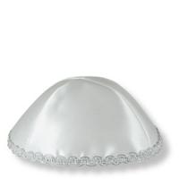 Kippa aus weißem Satin mit Silberstickerei