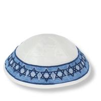weiße Kippa aus Wildseide, mit blauen Davidsterne