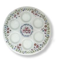 Weißgrundige Seder-Platte aus Milchglas